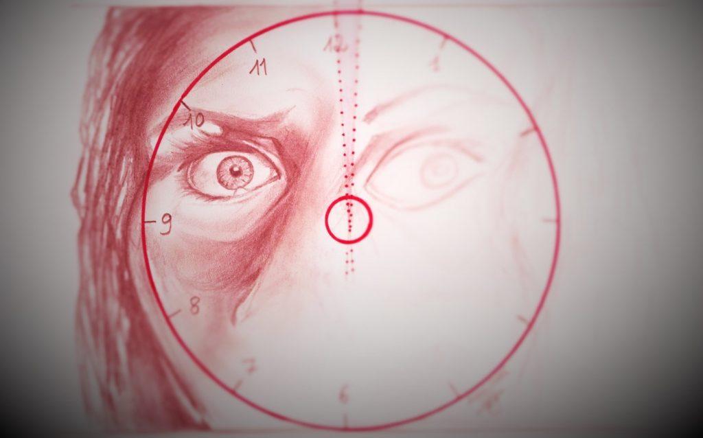 Dessin rouge sur fond blanc. Un visage de femme, de face, terrifié. Les bords du visages sont floutés, seul un oeil écarquillé de terreur est net. Autour de l'oeil, centré sur cet oeil, un cercle rouge vif, un cadran d'horloge dont on distingue le 10, le 11 et le 12 : l'équivalent d'une seconde est colorié en rouge pâle entre le 11 et le 12, à la verticale, au-dessus de l'oeil terrifié.