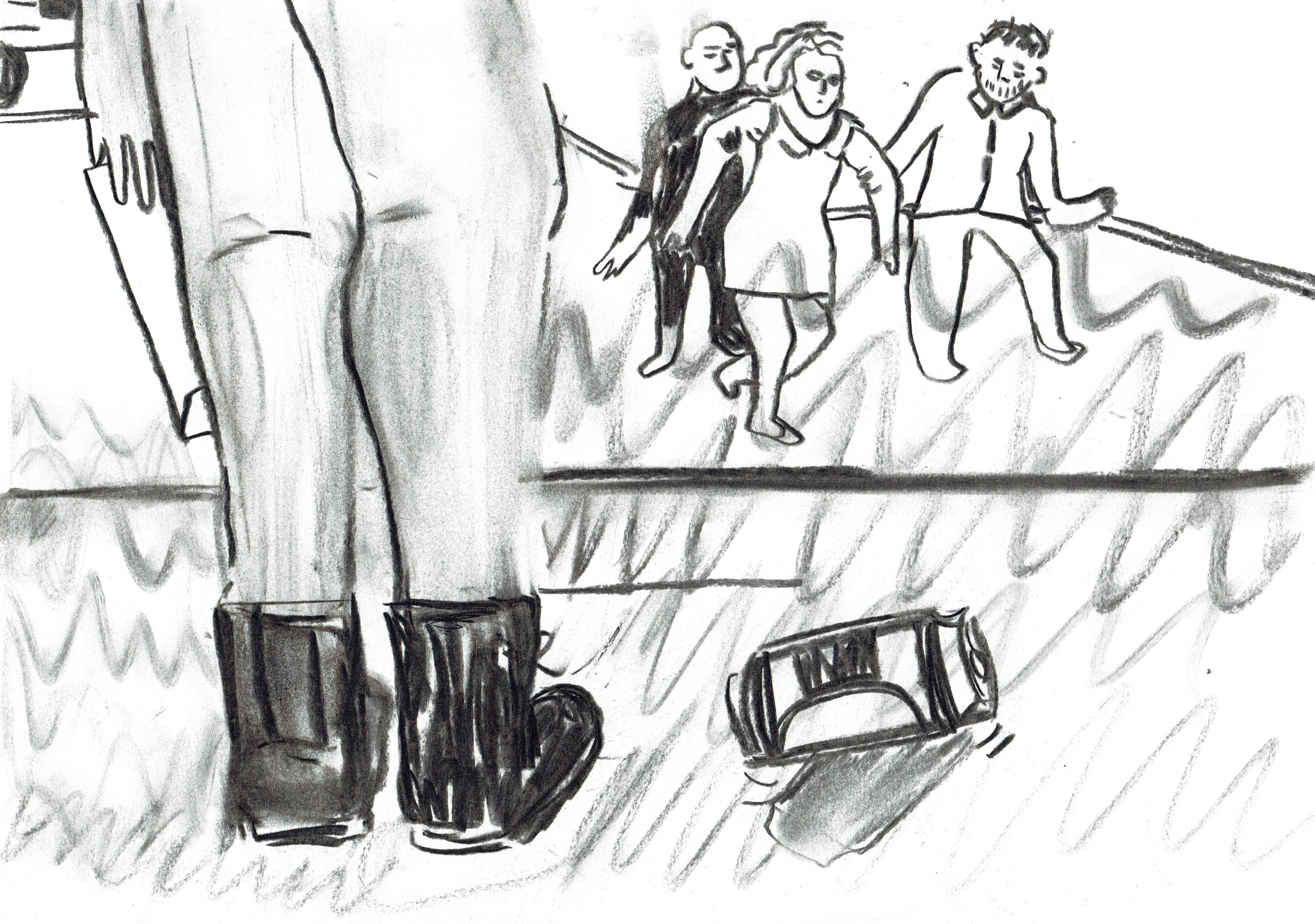 sur fond blanc, des traits noirs et gris, épais, désordonnés. Au premier plan, deux jambes en leggins ou jeans serrés gris, des bottes de rangers aux pied. La main gauche pend le long de la jambe gauche, elle tient une enveloppe. On ne voit pas le haut du corps, qui sort de l'image. A droite, au pied des rangers, une canette. Dans le fond, au-dessus de la canette, au loin : deux hommes tiennent une femme chacun par un bras.