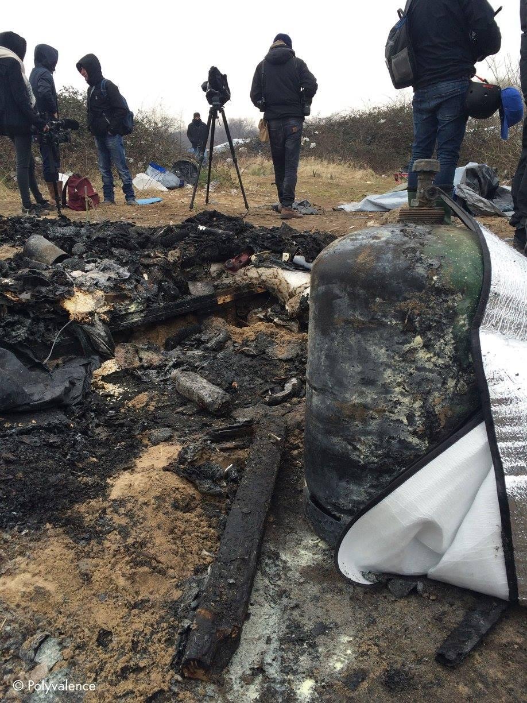 Décombres d'une cabane que les CRS ont embrasé hier en jetant des cartouches lacrymogènes. On y voit clairement une bouteille de gaz qui aurait pu exploser sur les gens.