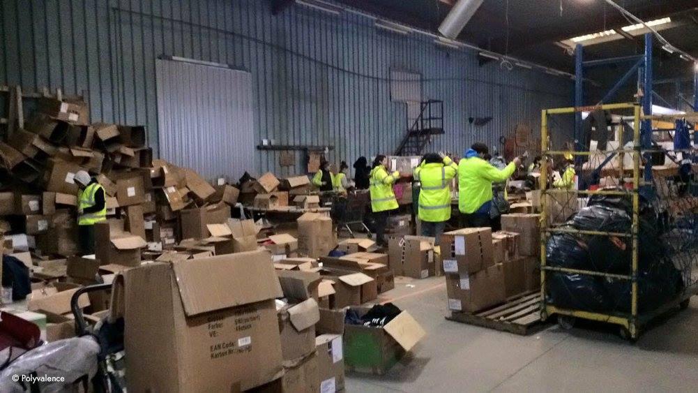 Démantèlement de la zone sud, jour 2. À L'Auberge des Migrants, les dons continuent d'affluer, tout le monde est très actif.