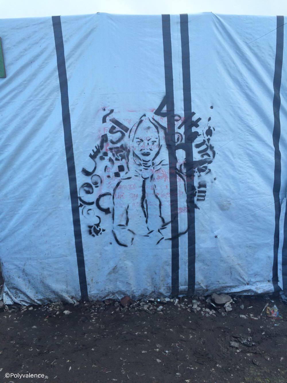 Les migrants font des graffs aux pochoirs sur les murs pour la journée des droits des femmes pour leurs mères, leurs femmes, leurs sœurs, leurs filles.