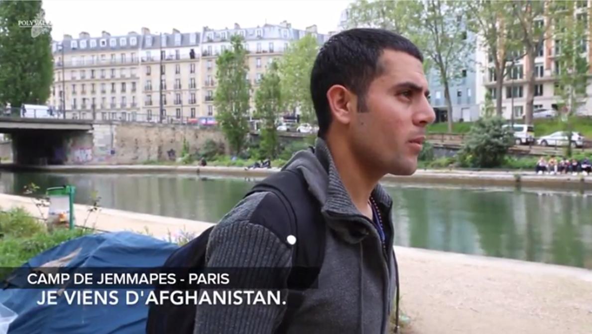Vidéo youtube : Sur les quais de Jemmapes, à Paris, en plein jour, devant la Seine. Shahbaz, jeune homme aux cehevux très courts, cerné, regarde le sol en répondant aux questions.