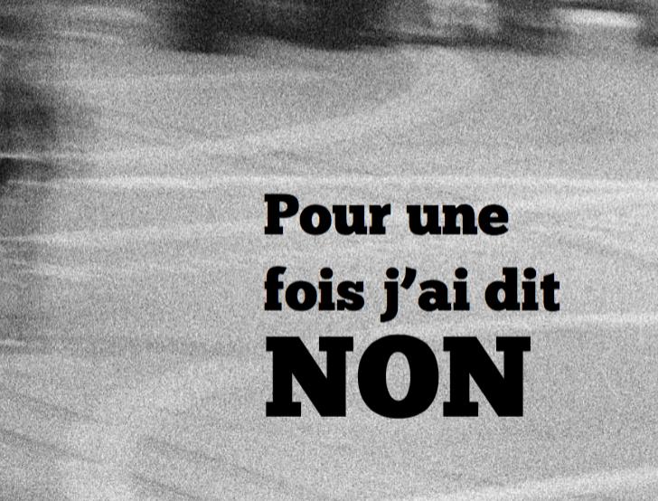 Photo : En noir et blanc, un sol. Une rue ? Une route ? Un trottoir ? En gris très clair. Des traces de pneus ? En bas à droite une inscription en noir, en gras : Pour une fois j'ai dit NON.
